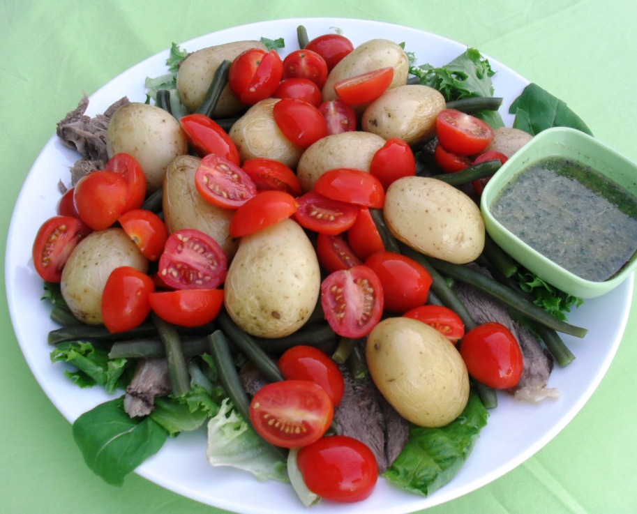 Warm salad with roast lamb, potatoes and green beans
